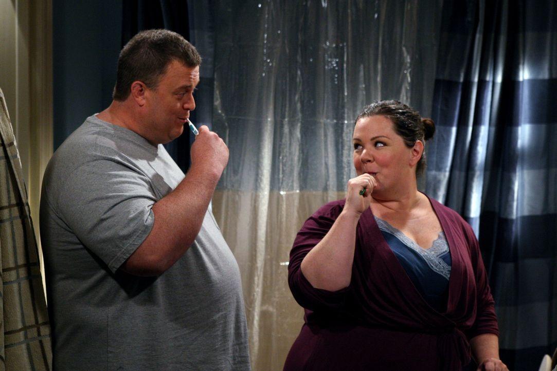 Genießen ihre gemeinsame Zeit: Molly (Melissa McCarthy, r.) und Mike (Billy Gardell, l.) ... - Bildquelle: Warner Bros. Television