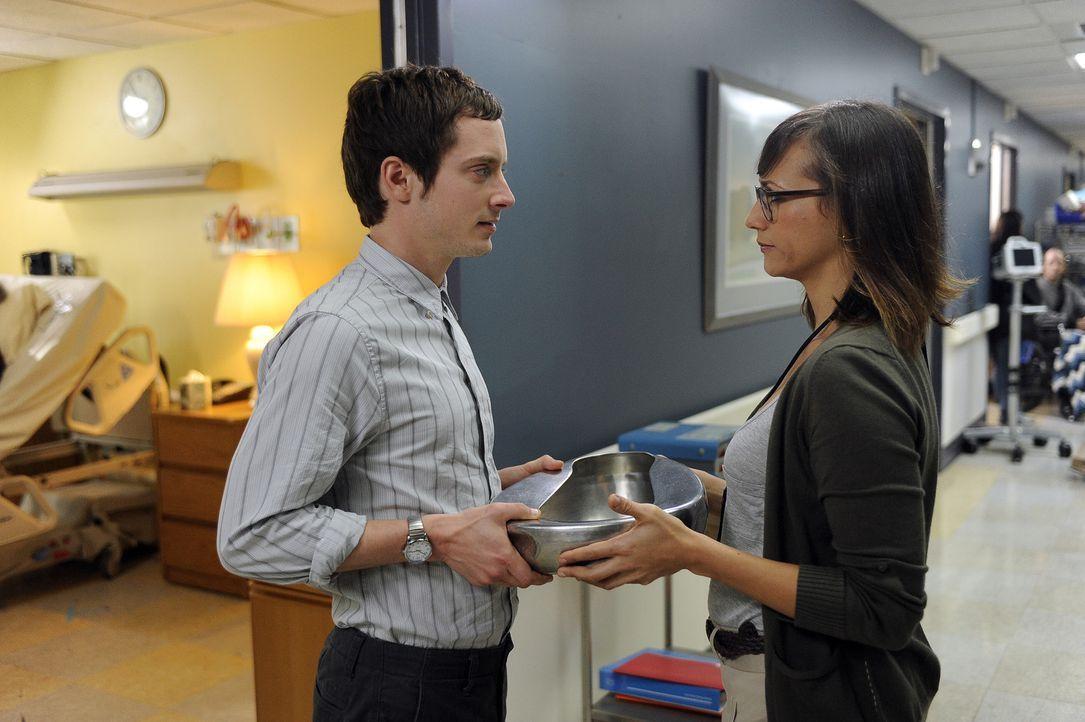 Die Krankenschwester Lisa (Rashida Jones, r.) glaubt anfangs nicht, dass Ryan (Elijah Wood, l.) es im Hospiz besonders lang aushalten wird ... - Bildquelle: 2011 FX Networks, LLC. All rights reserved.