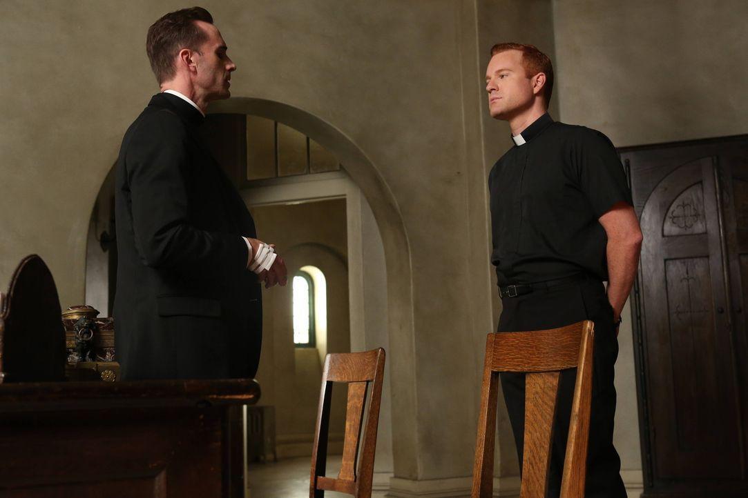 Monsignor Timothy Howard (Joseph Fiennes, l.) möchte, dass Bruder James (Kasey Mahaffy , r.) die Vertreter der Presse, die die Anstalt belagern, we... - Bildquelle: 2012-2013 Twentieth Century Fox Film Corporation. All rights reserved.