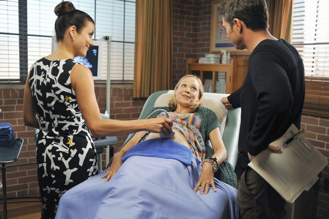 Addison (Kate Walsh, l.) und Pete (Tim Daly, r.) untersuchen die werdende Mutter Laura (Alexandra Holden, M.), weil sie und ihr Mann Daniel das Gesc... - Bildquelle: ABC Studios