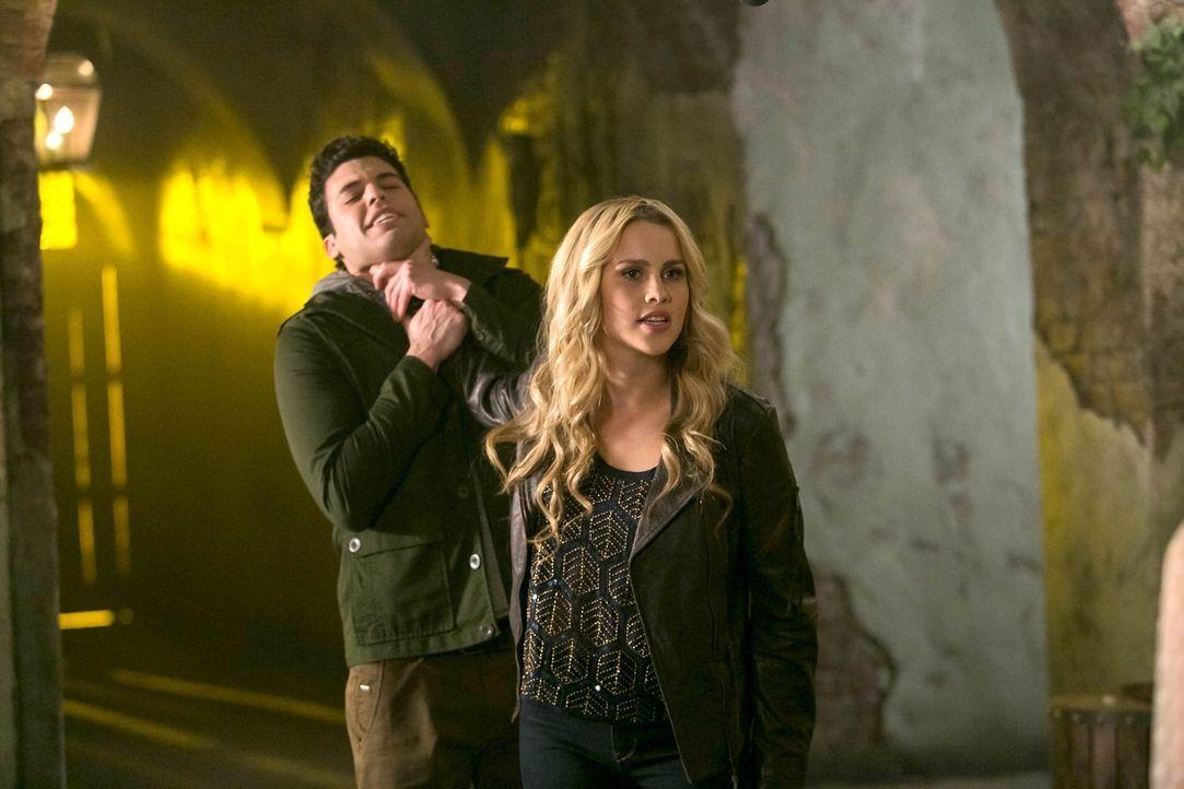 Rebekah (Claire Holt, r.) weiß nicht mehr, wem sie noch trauen kann, und Josh (Steven Krueger, l.) weckt nicht wirklich ihr Vertrauen ... - Bildquelle: Warner Bros. Television