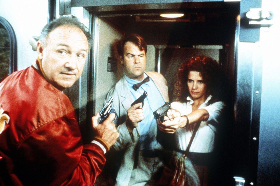 Mac (Gene Hackman, l.), Ellis (Dan Aykroyd, M.) und die hübsche Riva (Nancy Travis, r.) sind auf der Jagd nach einem mysteriösen Film, der das Ans... - Bildquelle: TriStar Pictures