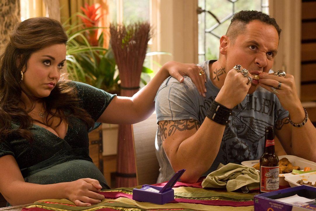 Als Kate auf Brads Vater, Brüder (Jon Favreau, r.) und deren Angeheiratete (Katy Mixon, l.) stößt, treten schon bald viele von Brad sehr gut geh - Bildquelle: Warner Bros. Television