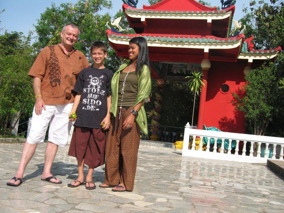 Der Start in Thailand ist für Jürgen Füller (57), seine Frau Phoo (34) und Sohn Kevin (13) mehr als anstrengend. Im Norden Thailands, nahe der Großs... - Bildquelle: kabel eins