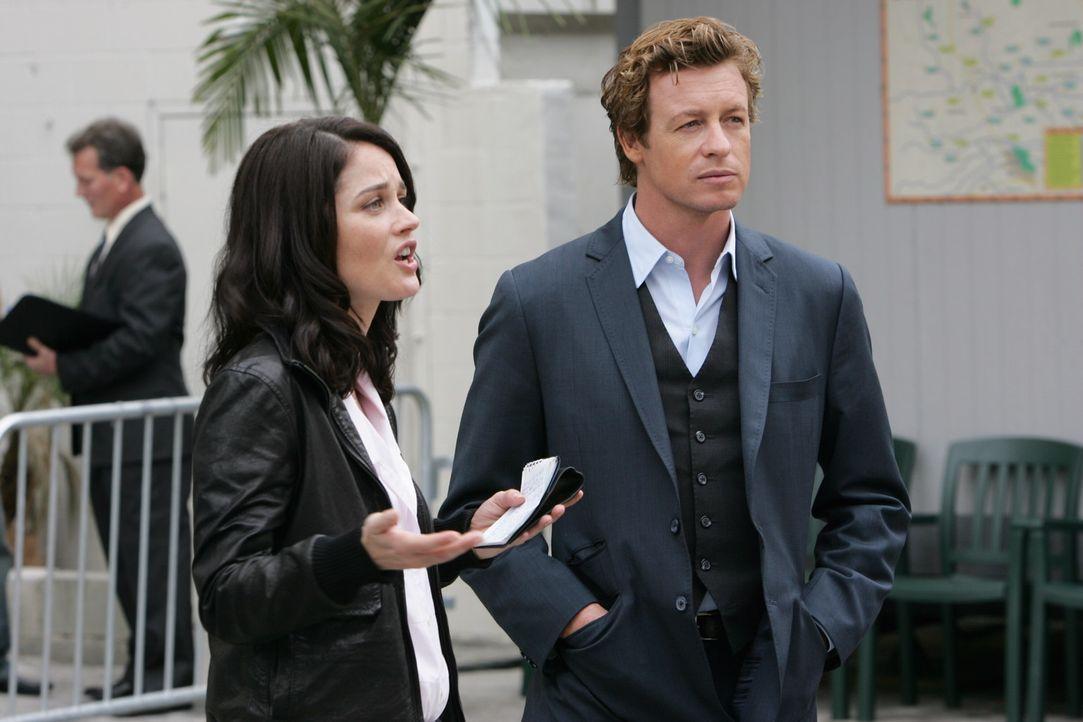 Die Ermittlungen laufen auf Hochtouren: Patrick (Simon Baker, r.) und Teresa (Robin Tunney, l.) wollen den Mord an Hollywood-Produzent Felix Hanson... - Bildquelle: Warner Bros. Television