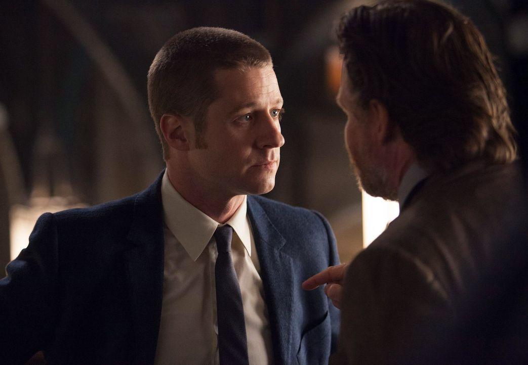 Die Ermittler James Gordon (Ben McKenzie, l.) und Harvey Bullock (Donal Logue, r.) sind hinter einem selbsternannten Rächer her, der korrupte Einwoh... - Bildquelle: Warner Bros. Entertainment, Inc.