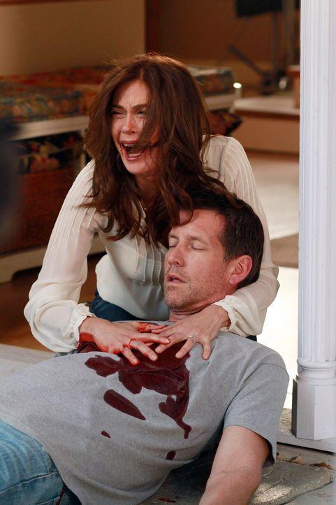 Ein Drama ereignet sich in der Wisteria Lane: Susan (Teri Hatcher, l.) und Mike (James Denton, r.) ... - Bildquelle: Touchstone Pictures