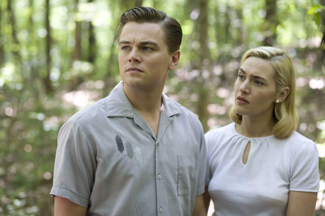 Während Frank (Leonardo DiCaprio, l.) hin und her gerissen ist zwischen seinen Träumen und seinem wachsenden Wunsch nach Anpassung, bleibt April (... - Bildquelle: 2007 Dreamworks,  LLC.