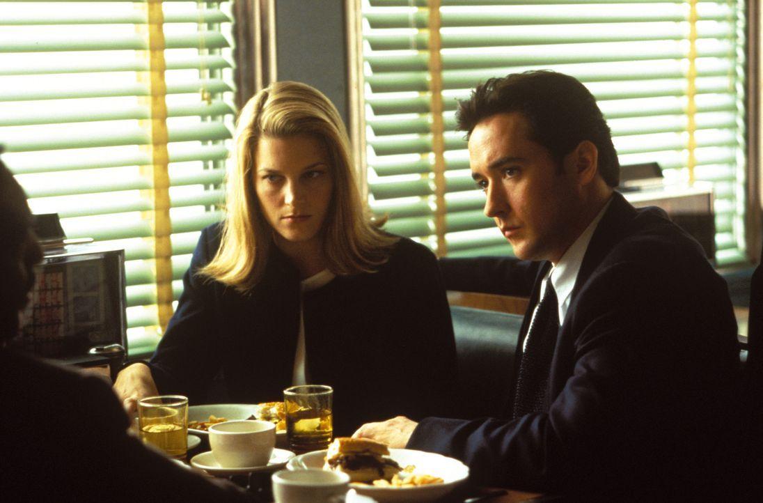 Ein Sumpf aus Korruption und Intrigen tut sich auf, als sich die Anwältin Marybeth Cogan (Bridget Fonda, l.) und der Zweite Bürgermeister Kevin Calh... - Bildquelle: Warner Bros. Television