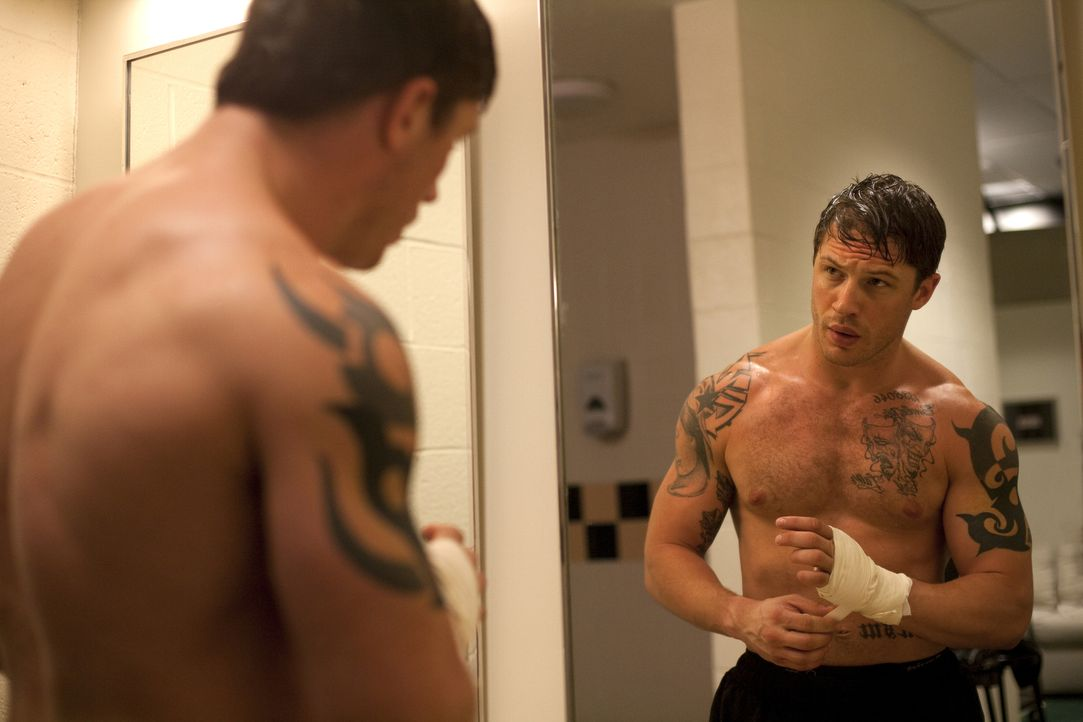Jahre, nachdem er seinen gewalttätigen Vater verlassen hatte, kehrt Ex-Marine Tommy Conlon (Tom Hardy) nach Pittsburgh zurück. Er hat die Mutter bis... - Bildquelle: Chuck Zlotnick 2011 Lions Gate Films Inc. All Rights Reserved.