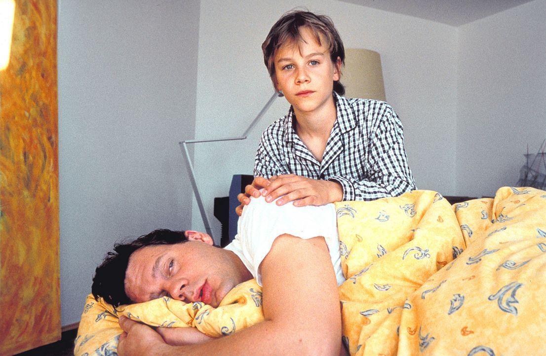 Eines Tages findet sich der angesehene Jurist Dr. Daniel Sternberg (Thomas Heinze, l.) im Körper seines zwölfjährigen Sohnes Fridolin (Max Felder... - Bildquelle: Rolf von der Heydt ProSieben
