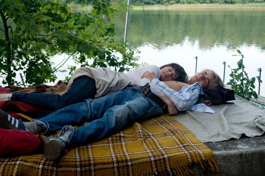 Um seine große Liebe zurückzugewinnen, macht sich Jakob (Constantin von Jascheroff, r.) auf nach München. Zunächst will ihm Natalie (Diane Willems, l.) seine Lügengeschichten nicht verzeihen, doch dann taucht sie erneut im Nudistencamp auf ...