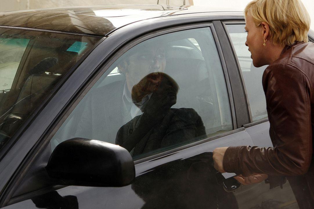 Allison (Patricia Arquette, r.) kann Mitchell Lomis (Gregory Sims, l.) nicht dazu bewegen, aus dem brennenden Auto zu steigen ... - Bildquelle: Paramount Network Television