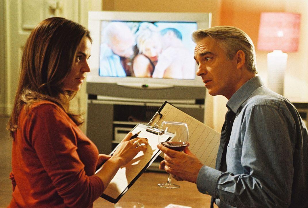 """Sandra (Rebecca Immanuel, l.) und Felix (Christoph M. Ohrt, r.) sichten """"Beweismaterial"""". Sie schauen die Pornofilme von Andreas Maurer und Jessi Lo... - Bildquelle: Hardy Spitz Sat.1"""