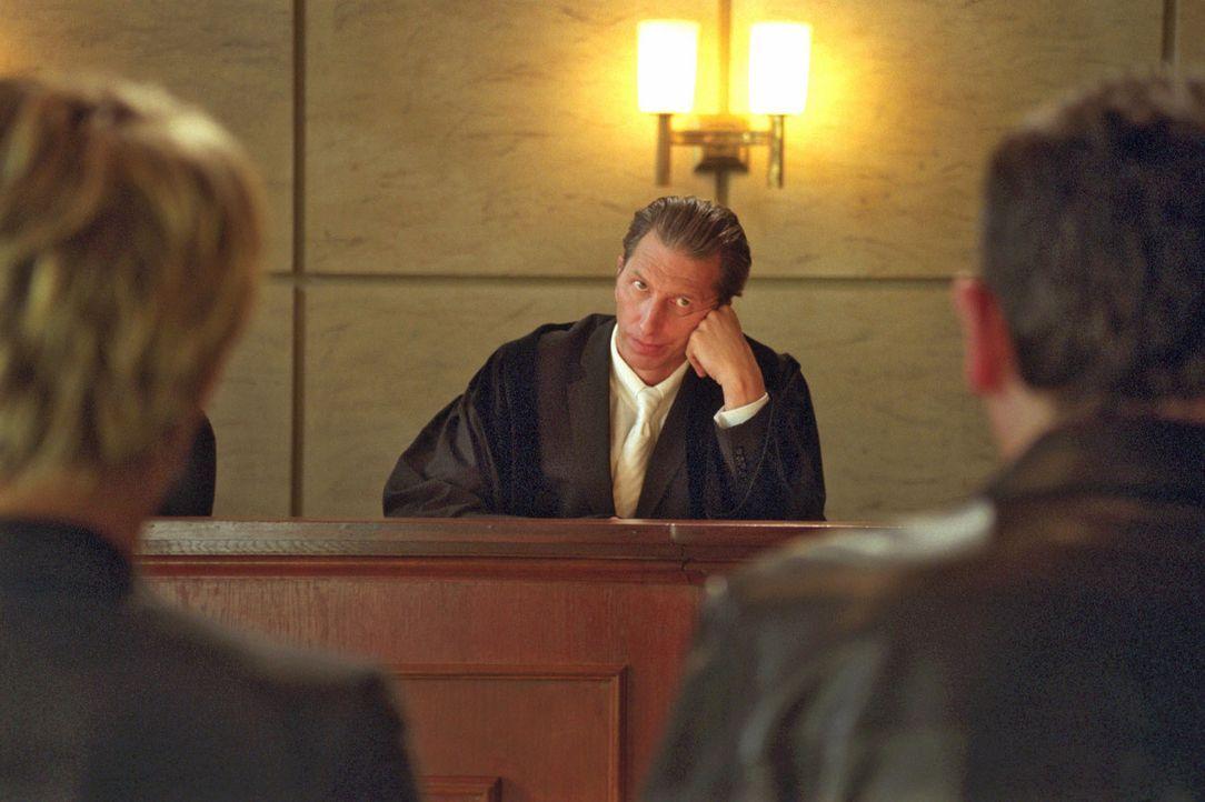 Frank Vanderheiden ändert seine Strategie, um Sandras und Felix' Zulassungen als Anwälte zu retten. Und so muss sich Richter Britz (Rufus Beck) von... - Bildquelle: Hardy Spitz Sat.1