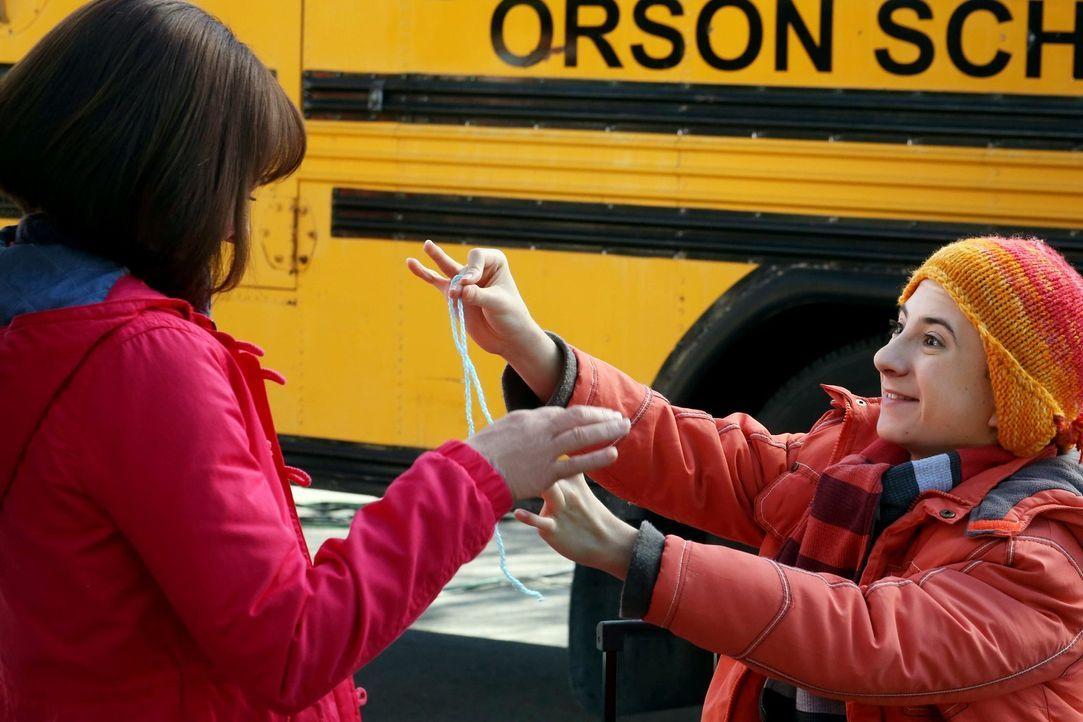 Während Frankie (Patricia Heaton, l.) hofft, dass ihr Sohn Brick (Atticus Shaffer, r.) die Klassenfahrt heil übersteht und von seinen Klassenkamerad... - Bildquelle: Warner Brothers