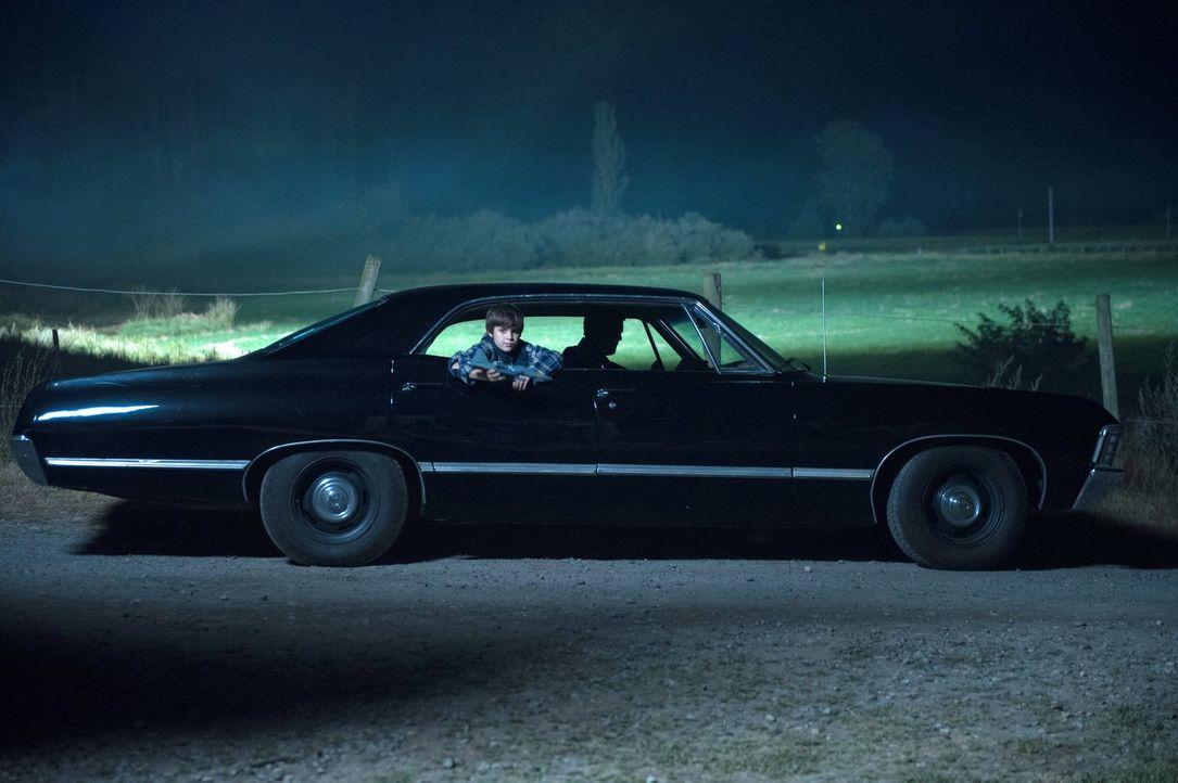 Damals verstand Sam (Hunter Dillon) nicht, wo er und sein Vater Dean abgeholt haben, doch jetzt erkennt er, dass sein Bruder an dem Ort ein ganz and... - Bildquelle: 2013 Warner Brothers