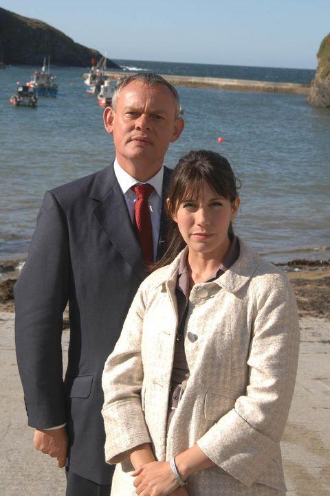 Martin (Martin Clunes, l.) und Louisa (Caroline Catz, r.) besuchen gemeinsam ein Open-Air-Konzert - doch das Date verläuft ganz anders als geplant .... - Bildquelle: BUFFALO PICTURES/ITV