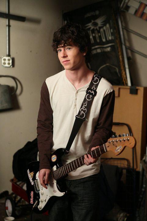 Ein neuer Rockstar: Jetzt, da Axl (Charlie McDermott) nicht mehr seine ganze Zeit vor dem Fernseher verbringt, kann er sich an der Gitarre üben ... - Bildquelle: Warner Brothers