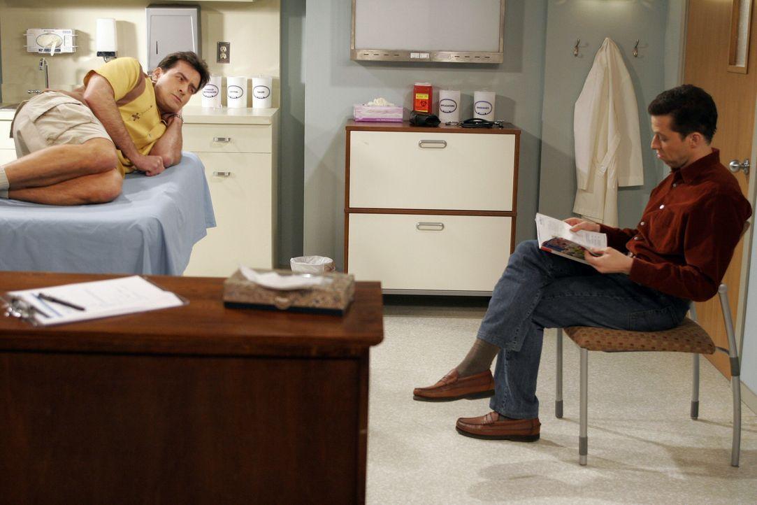 Charlie (Charlie Sheen, l.) verklemmt sich in heikler Stellung einen Wirbel. Nachdem seine Gelegenheitsfreundin gegangen ist, bietet ihm sein Bruder... - Bildquelle: Warner Brothers Entertainment Inc.