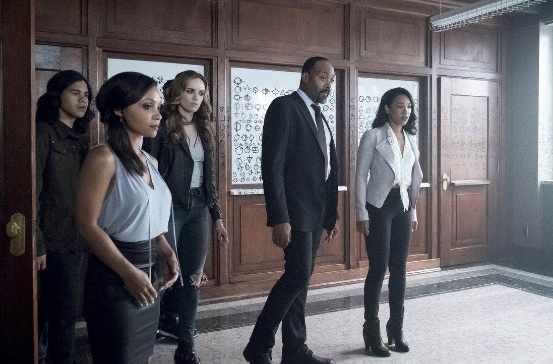 Als ein mächtiger Widersacher in Central City auftaucht, erkennen (v.l.n.r.) Cisco (Carlos Valdes), Cecile (Danielle Nicolet), Caitlin (Danielle Pan... - Bildquelle: 2017 Warner Bros.