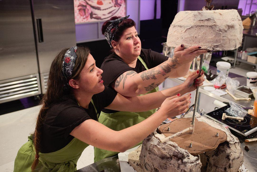 Jetzt muss wirklich jeder Schritt sitzen! Bäckerin Erin Erler (r.) und Jenna Malloy (l.) geben alles, um den Cake War für sich zu entscheiden ... - Bildquelle: Emile Wamsteker 2015, Television Food Network, G.P. All Rights Reserved