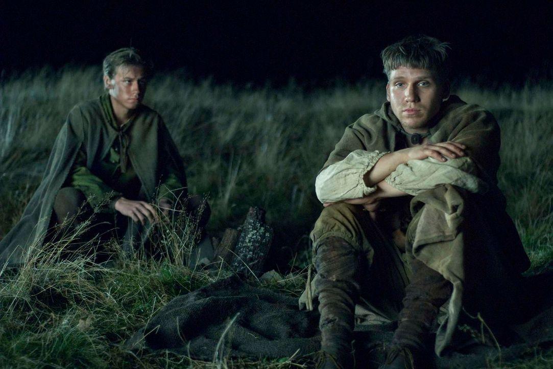 Einzig Dummkopf Juro (Hanno Koffler, r.) weiß, wie er Krabat (David Kross, l.) helfen kann ... - Bildquelle: Claussen+Wöbke+Putz Filmproduktion