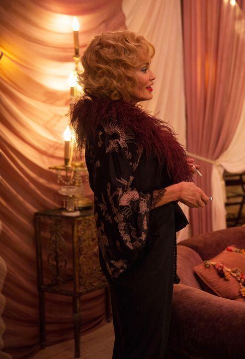 Lässt sich Elsa (Jessica Lange) tatsächlich von dem angeblichen Agenten einwickeln? - Bildquelle: 2014-2015 Fox and its related entities. All rights reserved.
