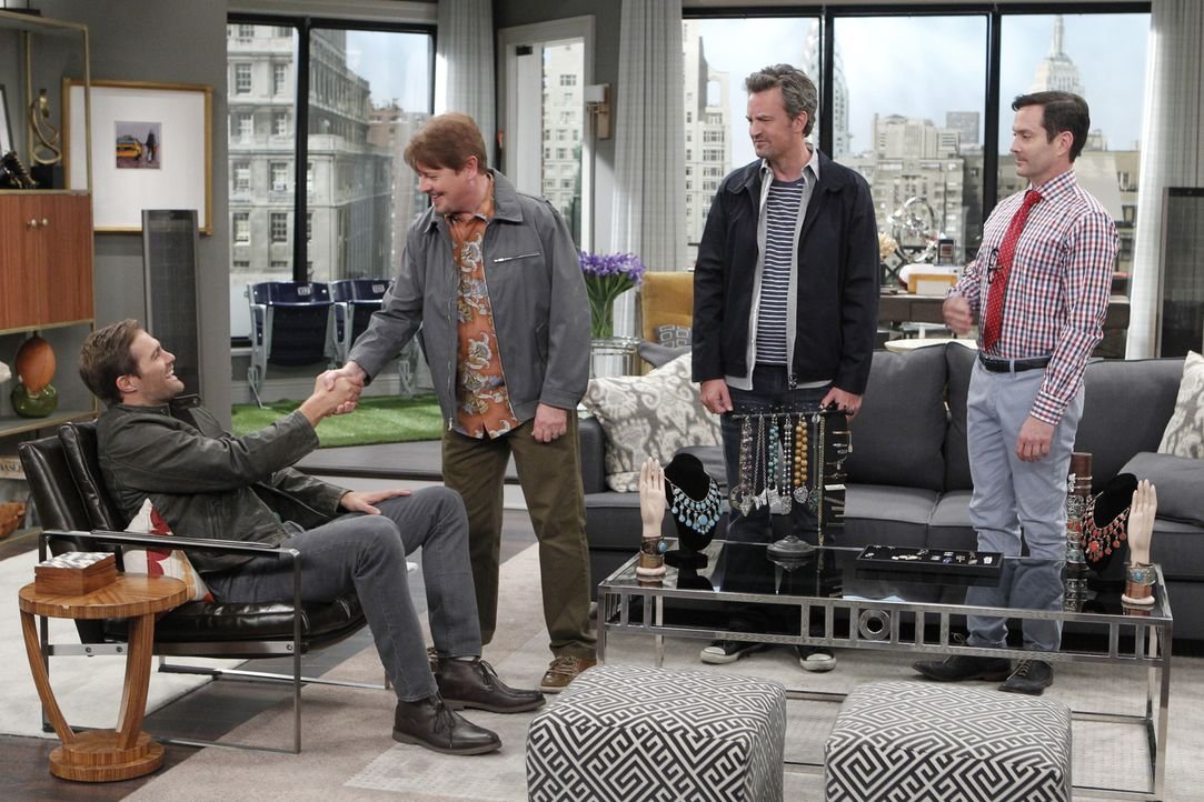 "Ein Projekt zusammen mit Basballspieler ""Murph"" (Geoff Stults, l.) und Roy (Dave Foley, 2.v.l.) lässt Oscar (Matthew Perry, 2.v.r.) und Felix (Thoma... - Bildquelle: Sonja Flemming 2014 CBS Broadcasting, Inc. All Rights Reserved"