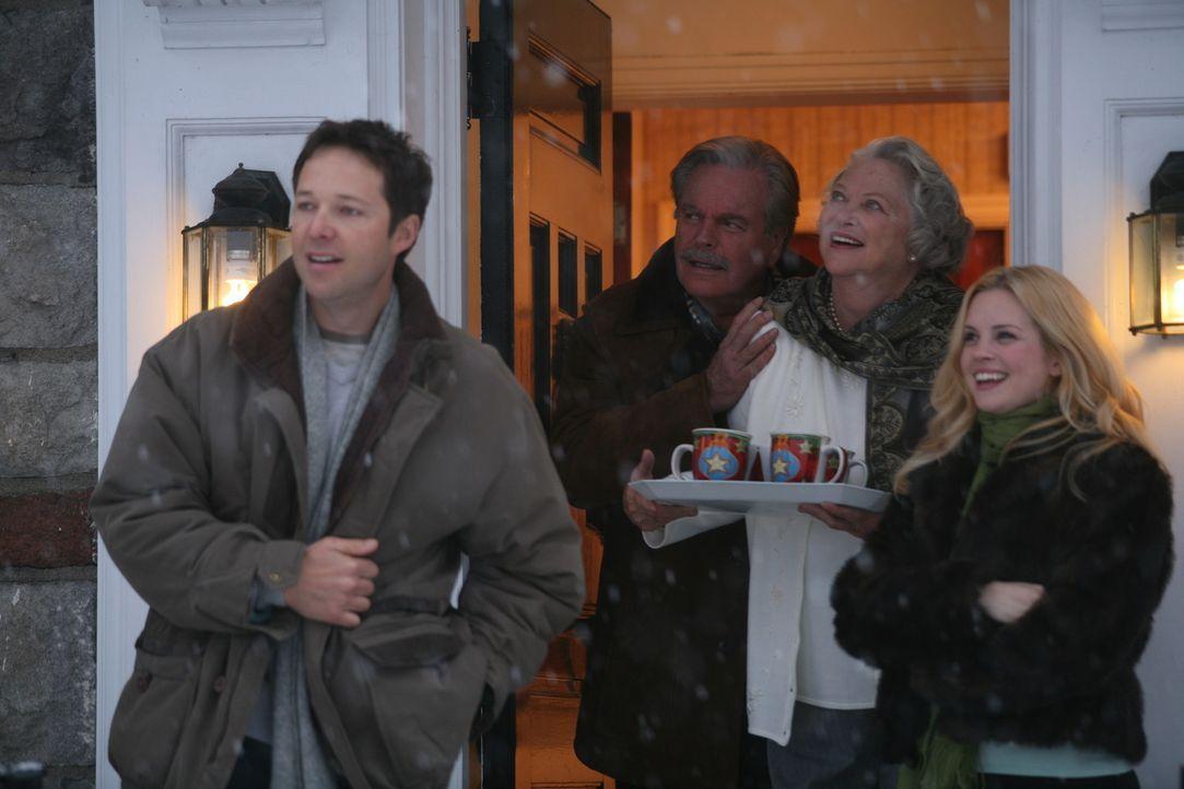 Können endlich das Weihnachtsfest genießen: (v.l.n.r.) Henry Mitchell (George Newbern), Mr. Wilson (Robert Wagner), Mrs. Wilson (Louise Fletcher)... - Bildquelle: Warner Bros.