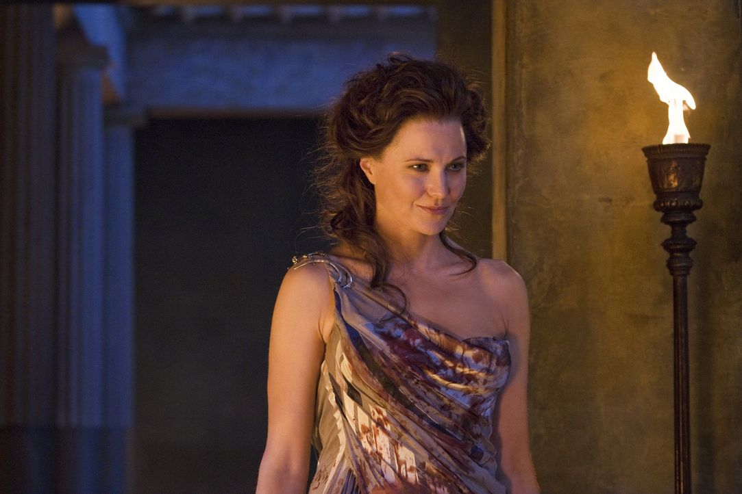 Um die Götter günstig zu stimmen, opfert Lucretia (Lucy Lawless) eine weiße Ziege. Prompt taucht Drago aus der Versenkung auf ... - Bildquelle: 2011 Starz Entertainment, LLC. All rights reserved.