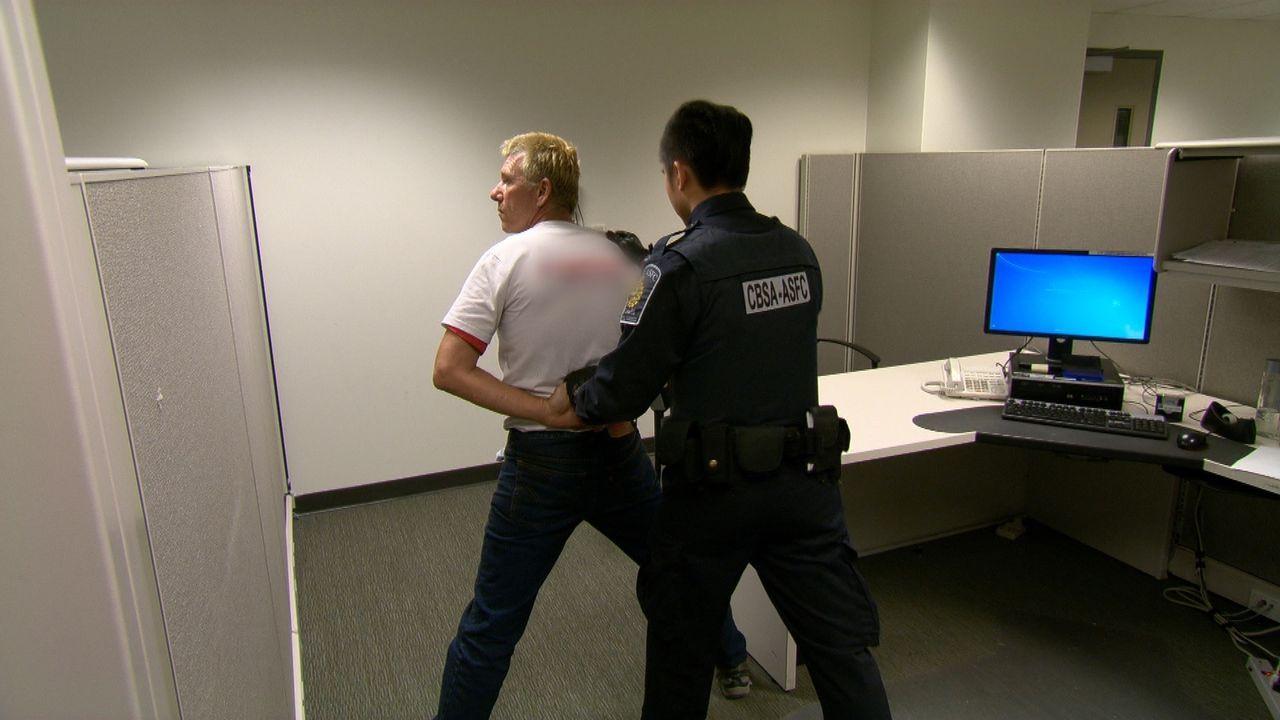 Die Zollbeamten hatten Glück: Ein polizeilich gesuchter Flüchtling konnte nun endlich dingfest gemacht werden. - Bildquelle: Force Four Entertainment / BST Media 2 Inc.