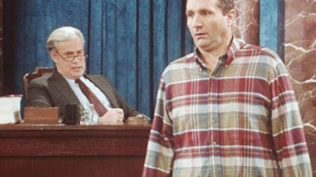 Al Bundy (Ed O'Neill, r.) versucht, Senator Furman (J. Patrick McCormack, l.)...