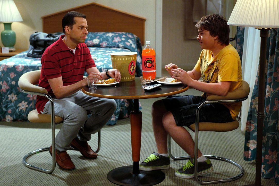 Der Ausflug nach Sacramento verläuft anders als geplant: Alan (Jon Cryer, l.) und Jake (Angus T. Jones, r.) ... - Bildquelle: Warner Brothers
