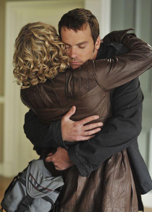 Samantha (Christina Applegate, l.) freut sich, Todd (Barry Watson, r.) wiederzusehen - doch die Freude währt nicht lange ... - Bildquelle: American Broadcasting Companies, Inc. All rights reserved.