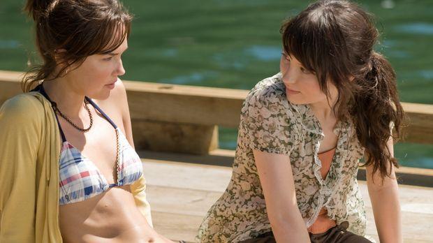 Müssen sich dem Bösen stellen: Anna (Emily Browning, r.) und ihre Schwester A...