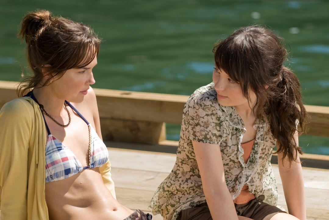 Müssen sich dem Bösen stellen: Anna (Emily Browning, r.) und ihre Schwester Alex (Arielle Kebbel, l.) ... - Bildquelle: 2008 DreamWorks LLC and Cold Spring Pictures. All Rights Reserved.