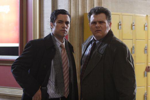 Cold Case - Beginnt für Det. Scott Valens (Danny Pino, l.) und Det. Nick Vera...