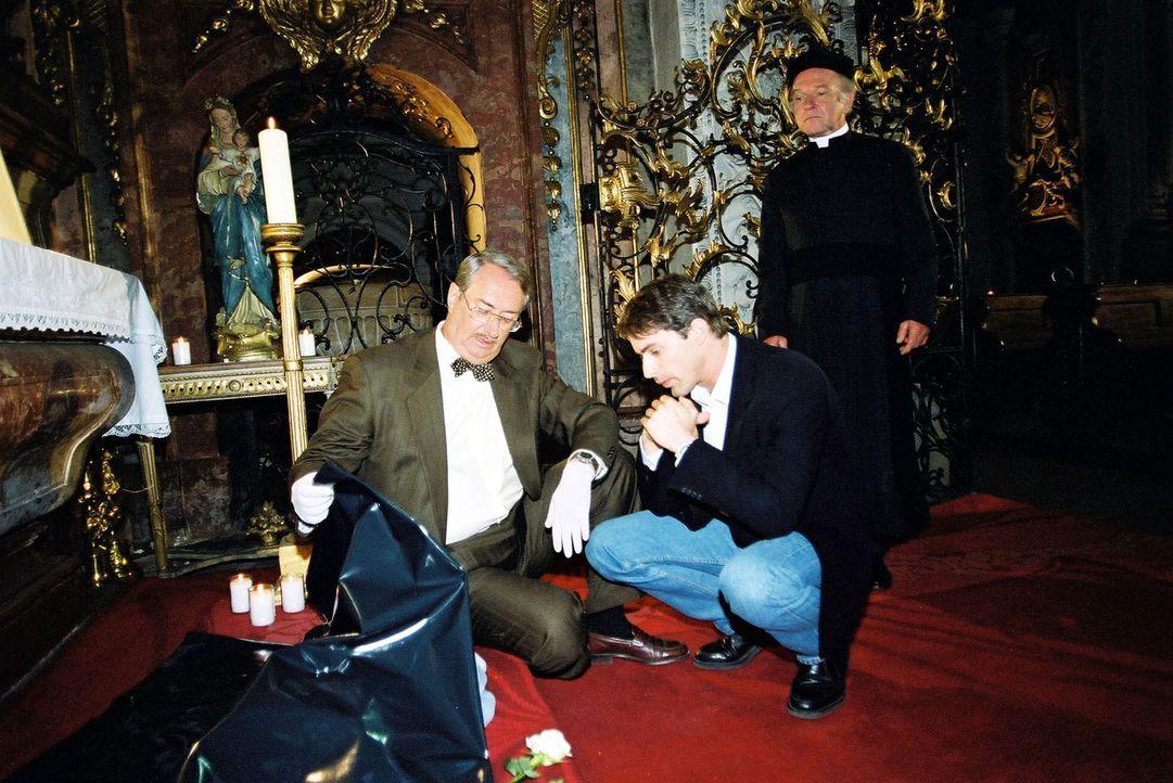 Kommissar Brandtner (Gedeon Burkhard, M.) und Gerichtsmediziner Dr. Graf (Gerhard Zemann, l.) untersuchen den Fundort und die Leiche des Babys in de... - Bildquelle: Ali Schafler Sat.1