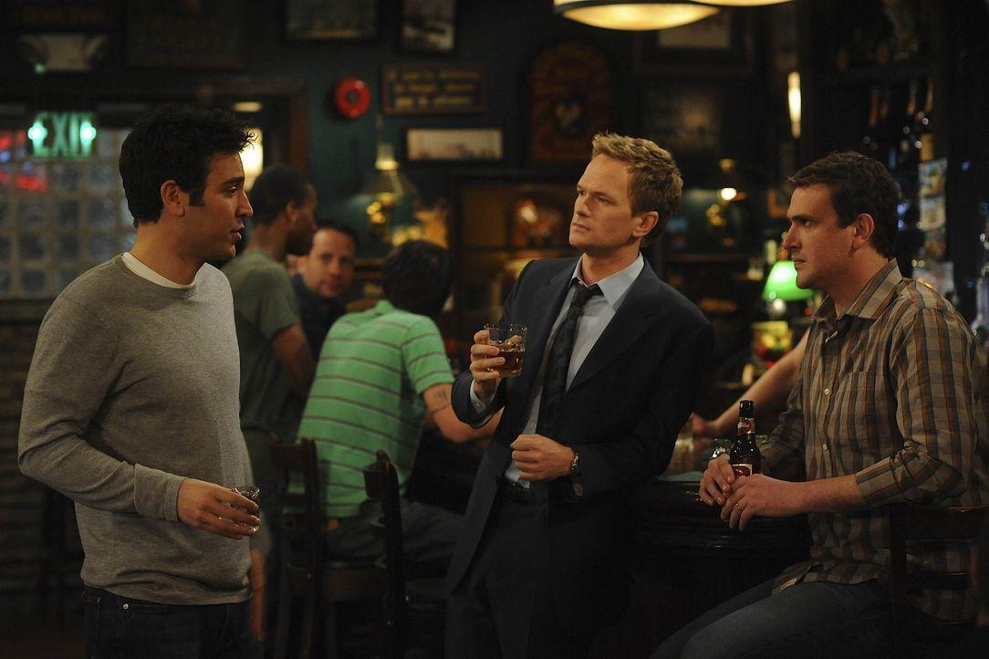 Während Ted (Josh Radnor, l.) erkennen muss, dass er von Marshall (Jason Segel, r.) und Barney (Neil Patrick Harris, M.) seit einiger Zeit belogen... - Bildquelle: 20th Century Fox International Television