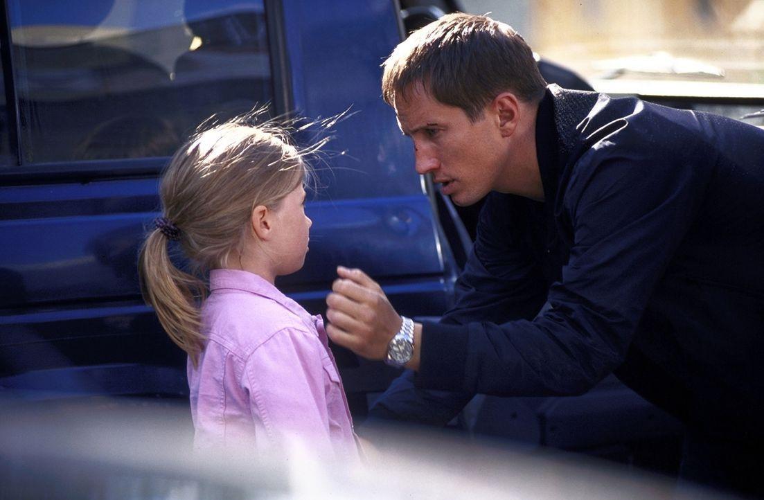 Nach der vereitelten Entführung wird Lars (Benno Fürmann, r.) klar, dass nicht nur sein eigenes Leben, sondern auch das seiner Tochter Emmylou (Ma... - Bildquelle: Jeanne Degraa ProSieben