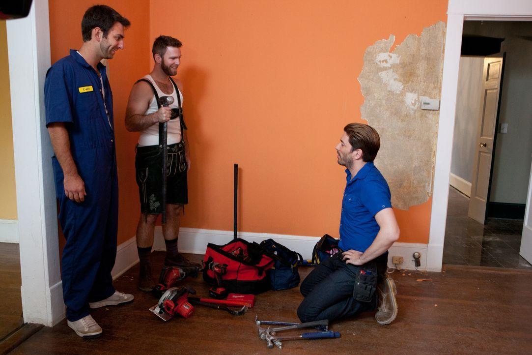 Hat sich Jonathan (r.) das wirklich gut überlegt, als er die beiden leicht verrückten Brüder Mike (l.) und Chris (M.) beim Umbau hat helfen lassen? - Bildquelle: Jessica McGowan 2013, HGTV/Scripps Networks, LLC. All Rights Reserved