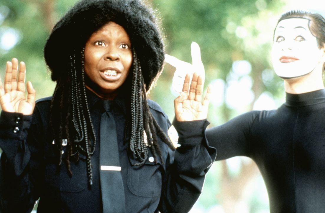 Polizistin Billie York (Whoopi Goldberg, l.) nimmt vorsichtshalber lieber die Hände hoch, der Finger des Pantomimen könnte ja geladen sein ... - Bildquelle: Warner Brothers
