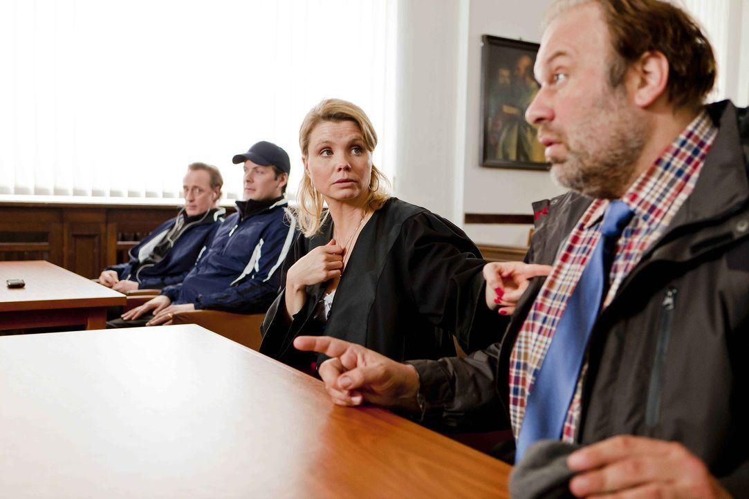 Dannis (Annette Frier, 2.v.r.) neuer Klient Silvio Heimeroth (Waldemar Kobus, r.) will sich mit seiner Fußballmannschaft für die Obdachenlosen-Weltm... - Bildquelle: Frank Dicks SAT.1