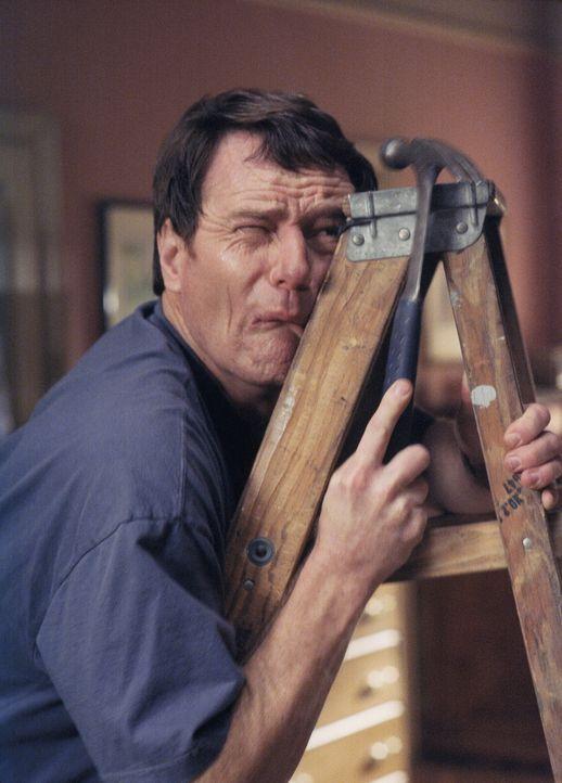 Hall (Bryan Cranston) kann keine Leiter bis zur letzten Sprosse erklimmen, denn er hat wahnsinnige Höhenangst ... - Bildquelle: TM +   2000 Twentieth Century Fox Film Corporation. All Rights Reserved.
