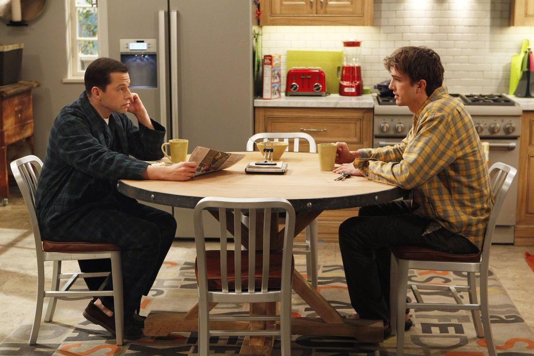 Männergespräche: Alan (Jon Cryer, l.) und Walden (Ashton Kutcher, r.) ... - Bildquelle: Warner Brothers Entertainment Inc.
