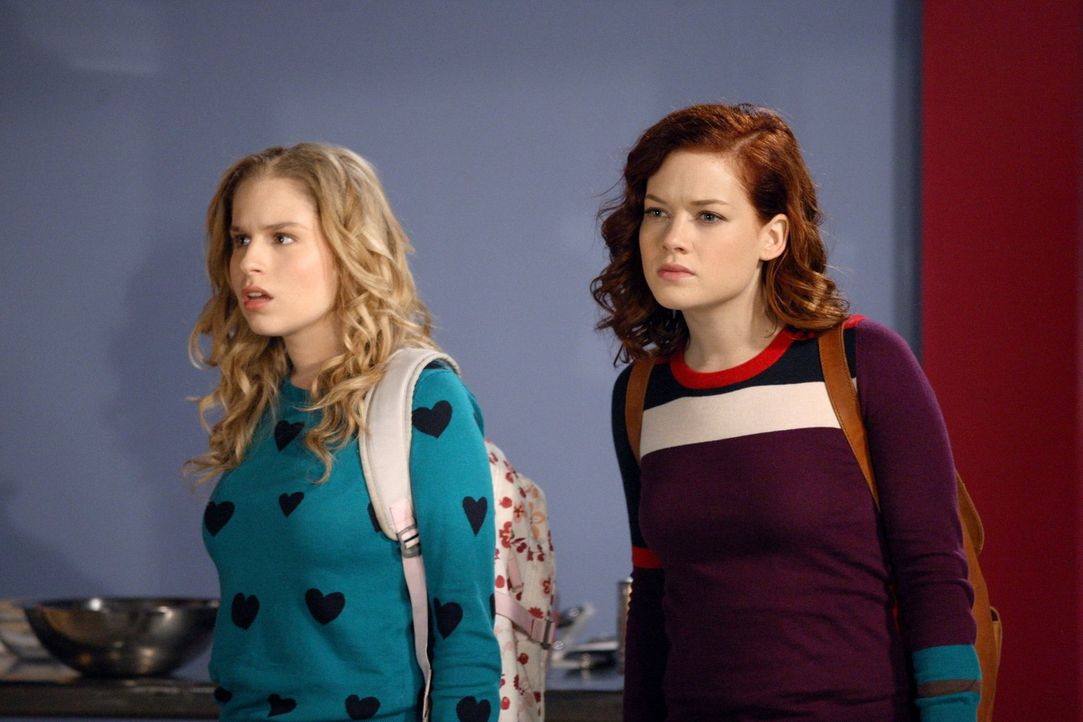 Tessa (Jane Levy, r.) gilt nun nach einigen Wochen Beziehung als Partnerschaftsratgeberin. Lisa (Allie Grant, l.) und sie sind erstaunt, dass selbst... - Bildquelle: Warner Brothers