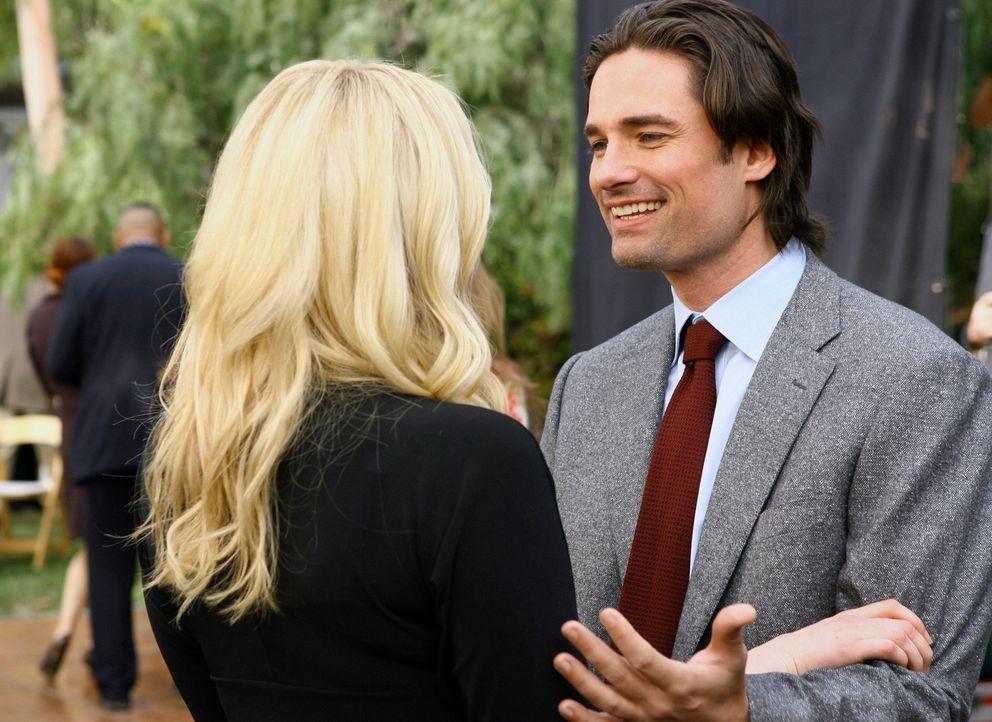 Ray (Warren Christie, r.) versichert Hannah (Laura Prepon, l.), dass er nichts mit Eddies Überfall zu tun hatte. Spricht er auch die Wahrheit? - Bildquelle: ABC Studios