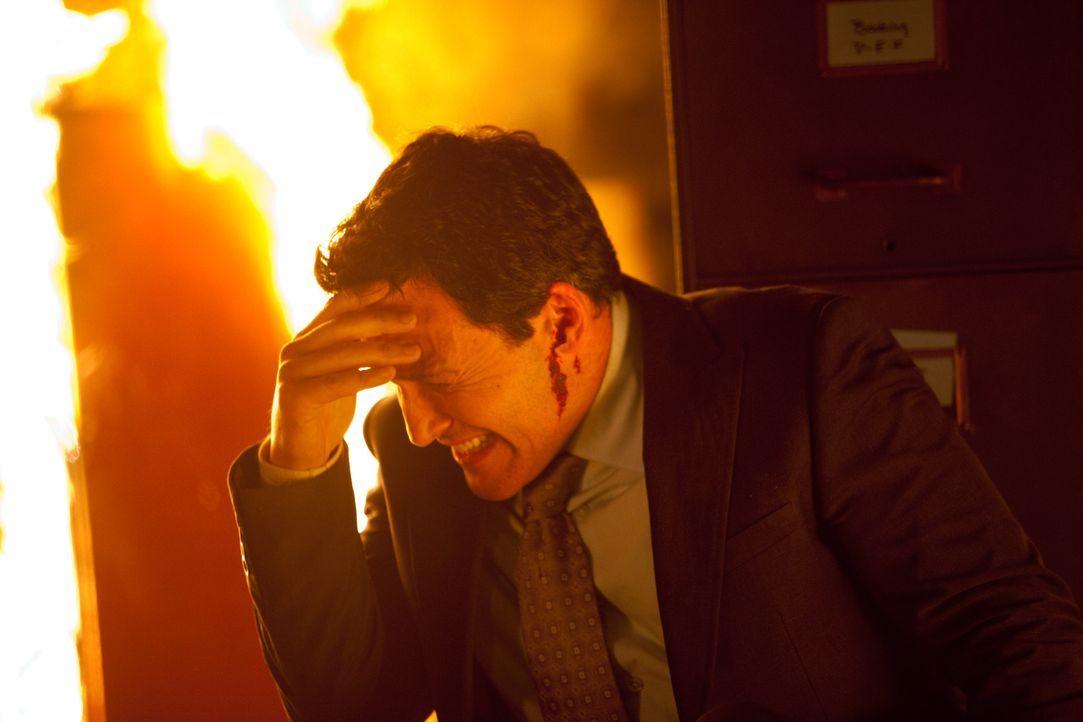 Auch der Bürgermeister (Robert Pralgo) befindet sich im brennenden Keller. Ist er etwa auch ein Vampir? - Bildquelle: Warner Bros. Television