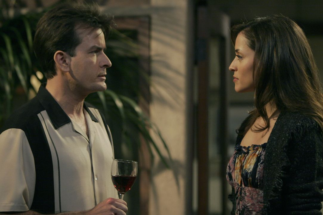 Charlie (Charlie Sheen, l.) versucht alles, um Mia (Emmanuelle Vaugier, r.) von sich zu überzeugen ... - Bildquelle: Warner Brothers Entertainment Inc.
